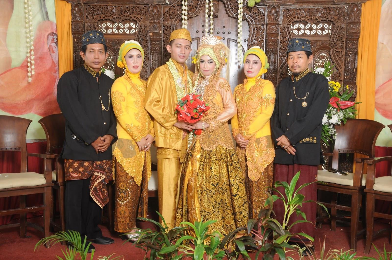 Model Kebaya Pernikahan Warna Gold Modern Terbaru