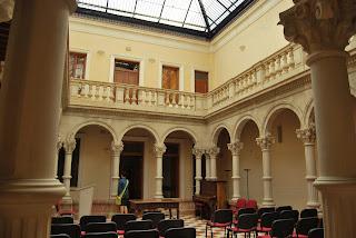 Patio central de columnas del centro cultural Gómez Tortosa en Novelda