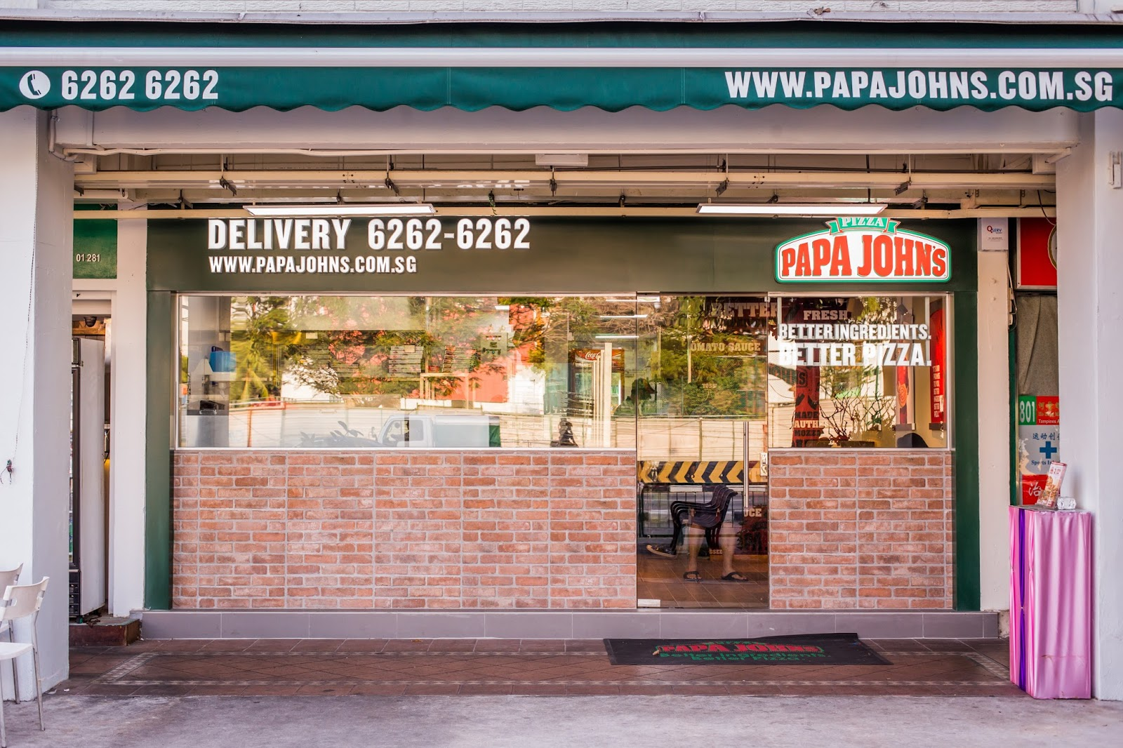 """Highlights for Papa John's. Whether you're craving a late-night snack or feeding a hungry family, no one does fast, casual food better than Papa John's. One of the biggest pizza delivery chains in the world, Papa John's got its start in when """"Papa"""" started selling pizzas out of the back of his father's bar."""