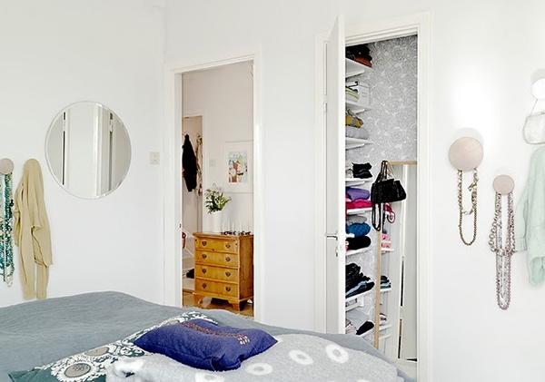 Mungkin dikala ini kita sering melihat desain rumah dalam warna putih dan sentuhan alami kar Desain Rumah Apartemen Modern dan Unik