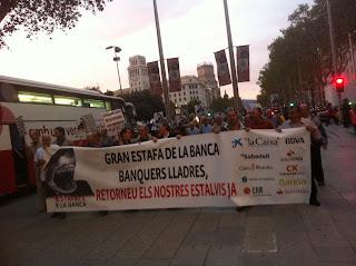 """Afectados por las #preferentes insisten un martes más en Barcelona: """"¡La banca roba!"""""""