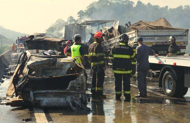 Caminhão de São João da Boa Vista (SP) se envolve em acidente em Jacareí