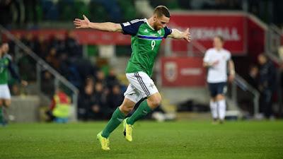 Conor Washington de la selección de Irlanda del Norte festeja su gol, con el que su equipo derrotó 2-0 a Noruega en la eliminatoria rumbo a Rusia 2018