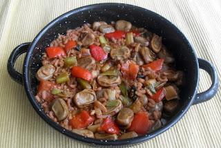 Paellera de habas con arruz, verduras y pimentón