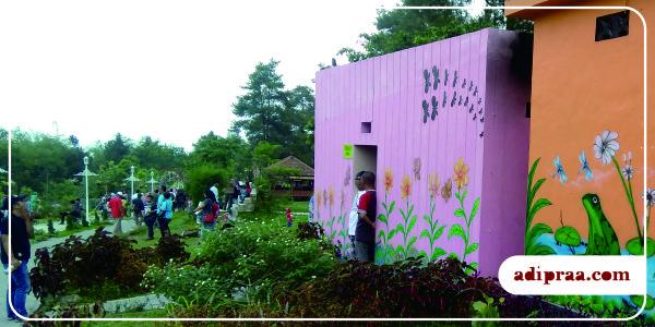 Tembok toilet pun ada muralnya