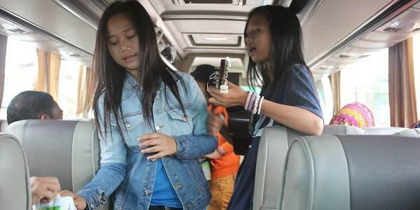 Suara Pengamen Cewek Dalam Bis Antar Provinsi Sangat Merdu (video)