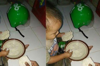 Anak Kecil Makan Nasi Cuma Sama Kerupuk, Disampingnya Ada Helm Warna Ijo Bikin Netizen Terenyuh