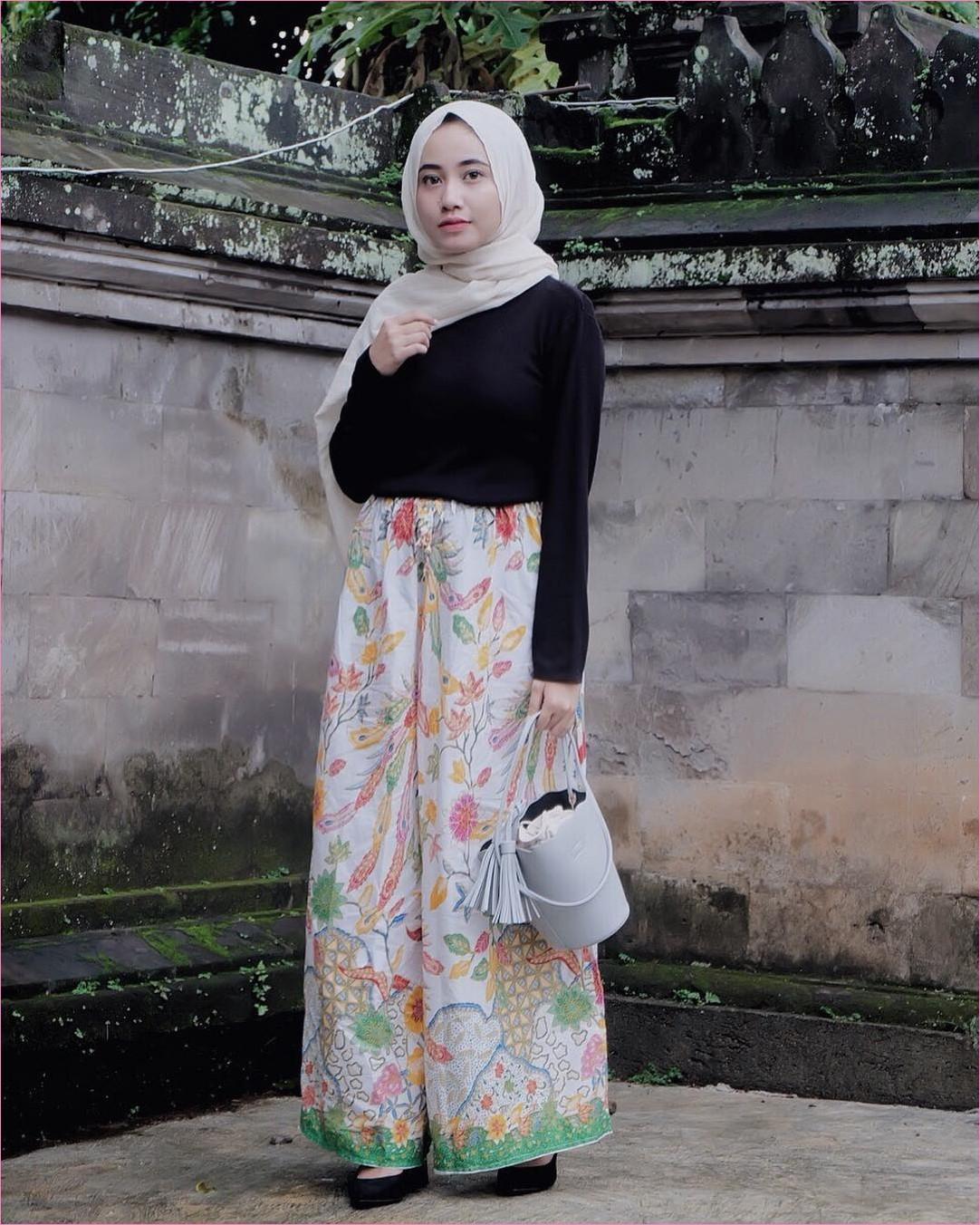 Outfit Celana Cullotes Untuk Hijabers Ala Selebgram 2018 blouse mangset high heels lace ups hitam cullotes motif batik hijau muda pink hijab pashmina rawis putihl slingbags abu ootd trendy