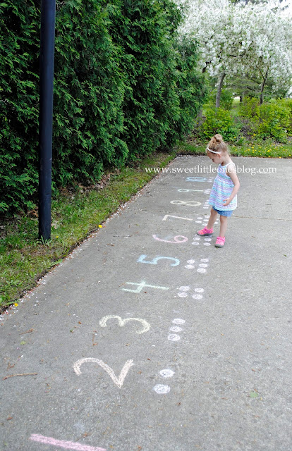 Sidewalk Chalk Fun: 40+ Games and Activities for Kids for the Summer, plus DIY Chalk Paint Recipe - www.sweetlittleonesblog.com