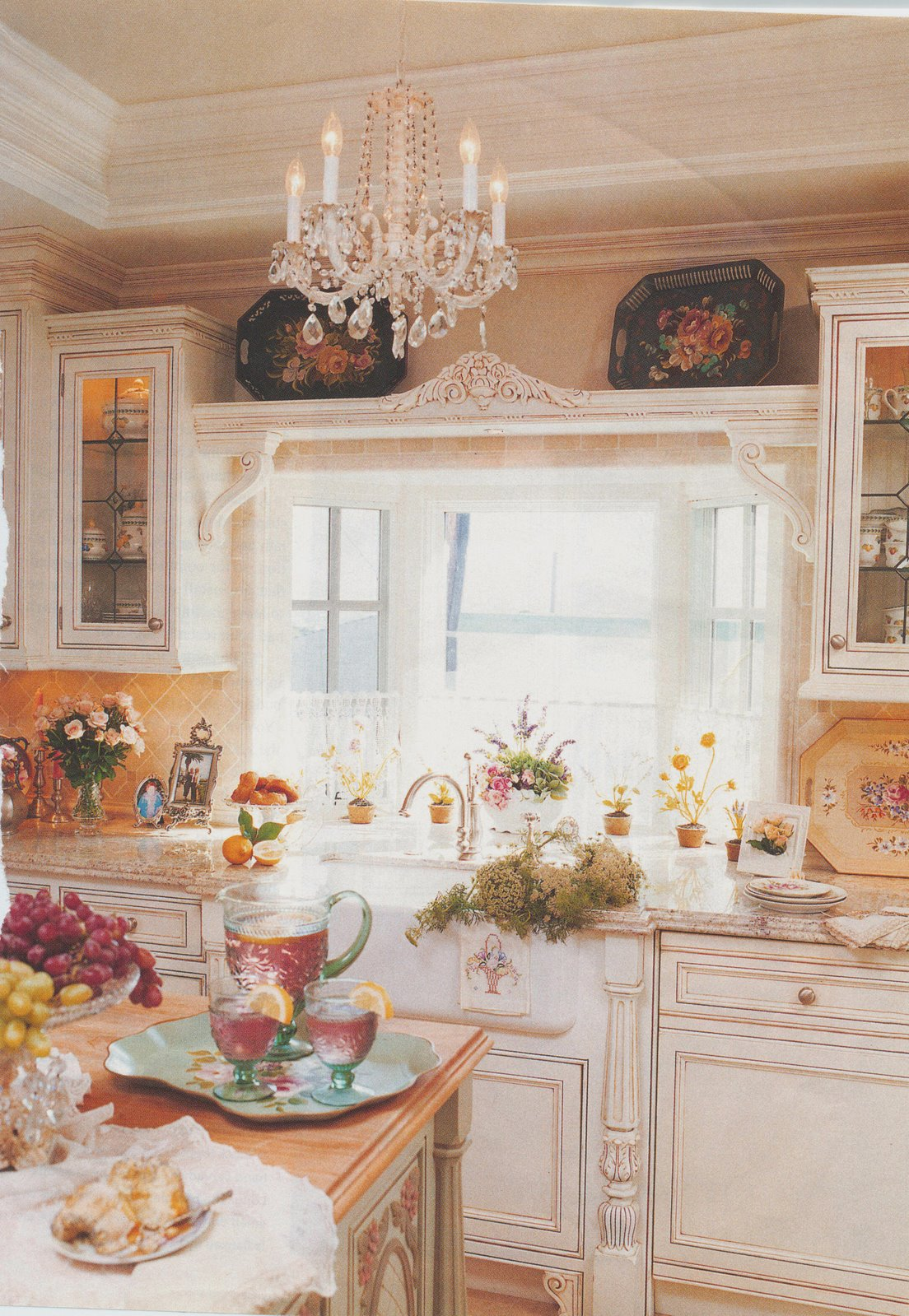 Romantic Homes Decorating: Maison Decor: Cottage Kitchen Decorated With Tole