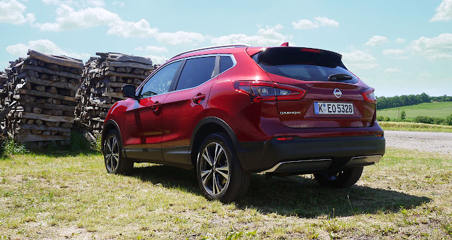 quietly confident driving the updated nissan qashqai. Black Bedroom Furniture Sets. Home Design Ideas