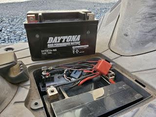 バッテリー端子を外して入れ替えます。