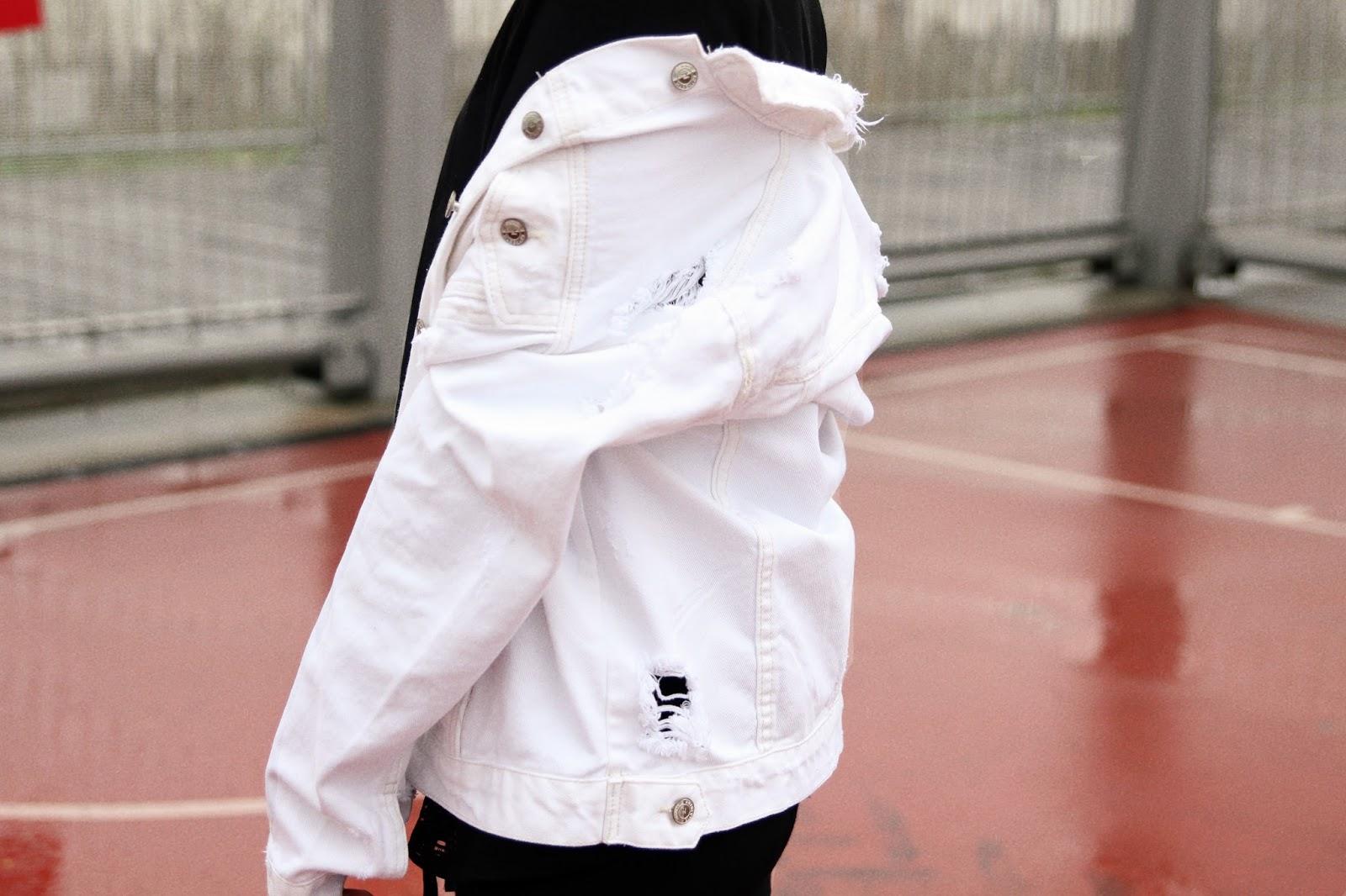 veste en jean , blanc, legging fuseau , casquette rouge , pull à capuche , collant résille , boucles d'oreille anneaux