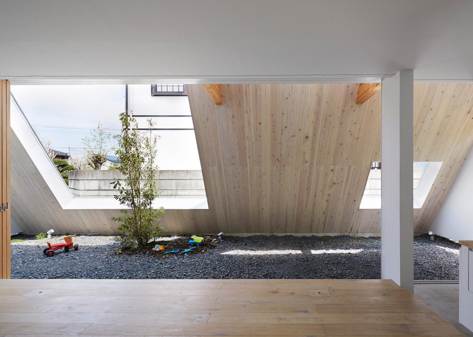 Casa con tetto spiovente in acciaio bianco by suppose for 1 piano 3 camere da letto 2 piani del bagno
