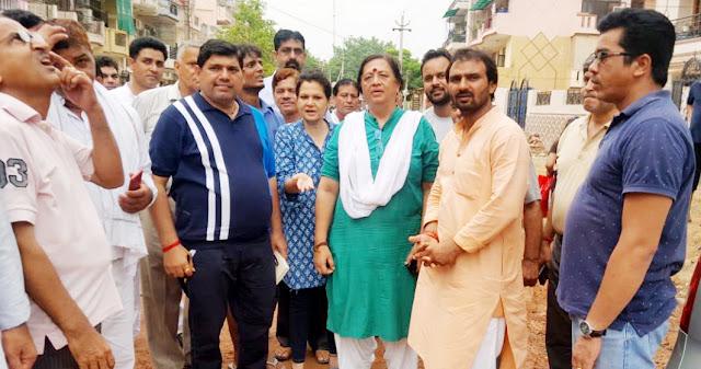 Legislative border Trikha visits main roads in Dayalbagh
