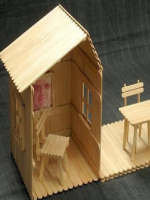 http://manualidadesparaninos.biz/casa-con-palitos-de-madera-2/