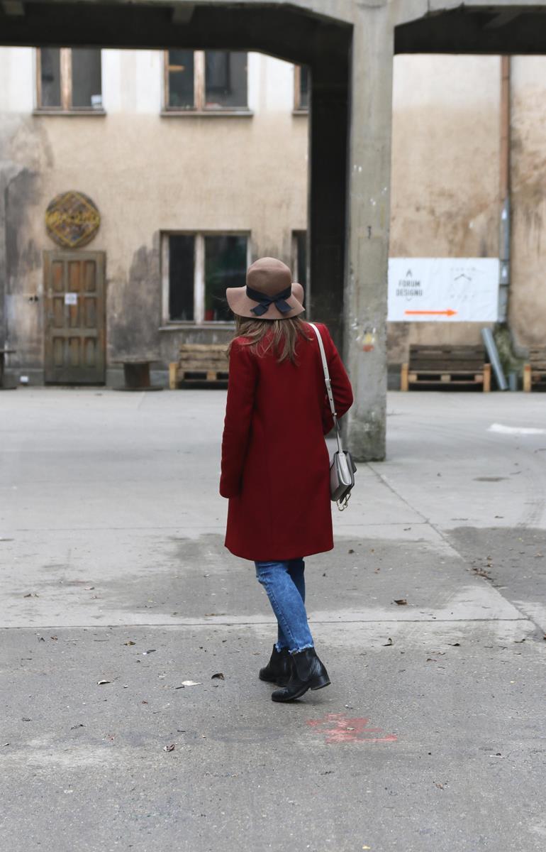 bordowy płaszcz wełniany