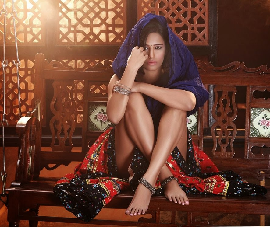 poonam-pandey-in-ghagra-showing-sexy-legs