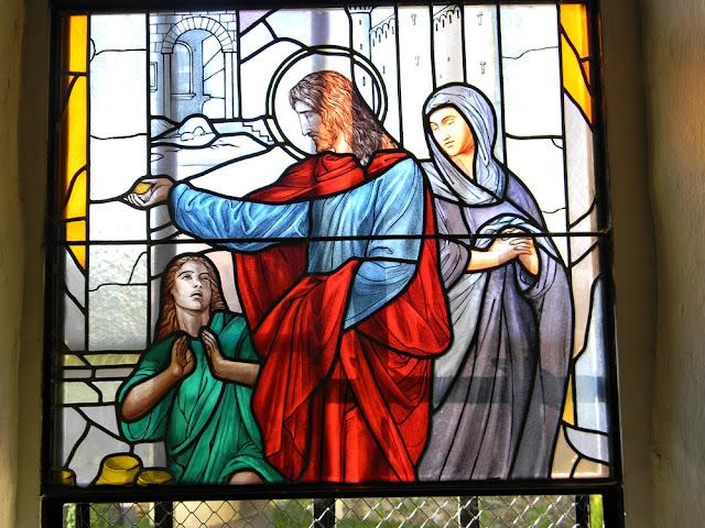 W kościele w Mirocinie Górnym znajdują się piękne witraże.