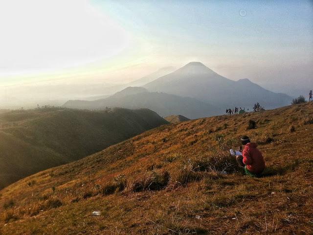 foto pemandangan gunung prau