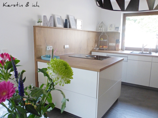 Offene Küche Hochglanz weiß Beton-Ciré Boden