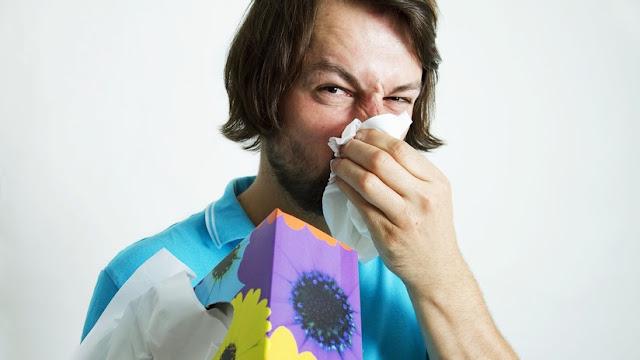 No lo intenten en casa: un británico se rompe la garganta tratando de aguantar un estornudo