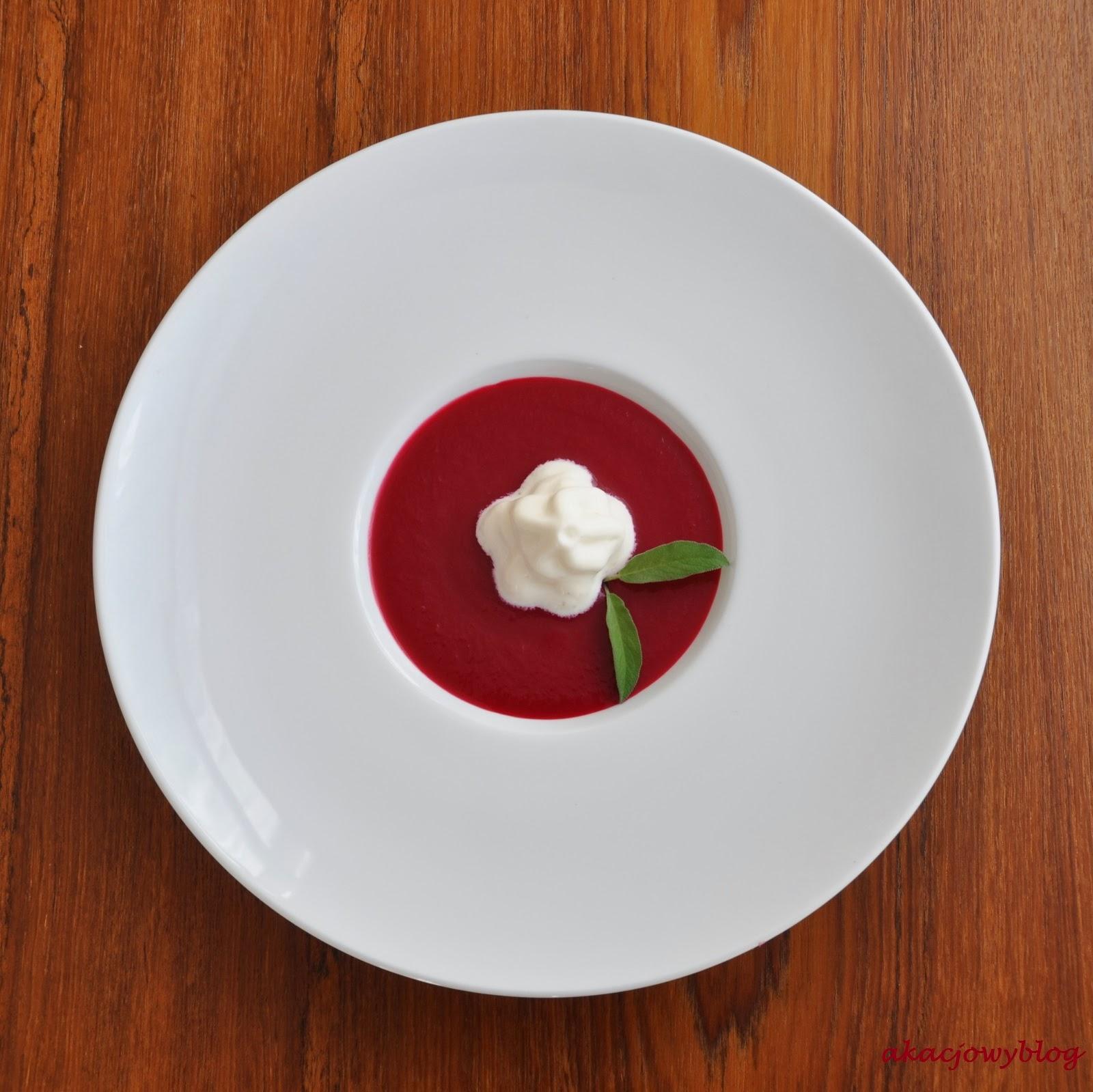 Buraczane gazpacho z espumą z koziego sera. Prowansalski stół Sebastiana.