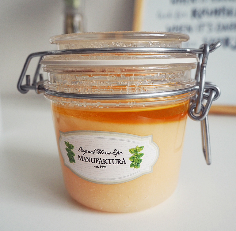manufaktura - Zjemňující a výživný solný peeling s vřídelní solí, mandlovým olejem a meduňkou