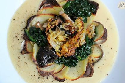 Superbe assiette de légumes: pétales de pommes de terre, purée de fèves, poêlée d'épinards, pleurotes rôtis et oignons frit