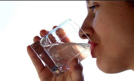 Manfaat Minum Air Hangat di Pagi Hari Saat Perut Kosong