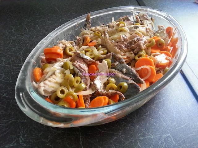 Sgombro sott'aceto con carote, cipolle e olive verdi