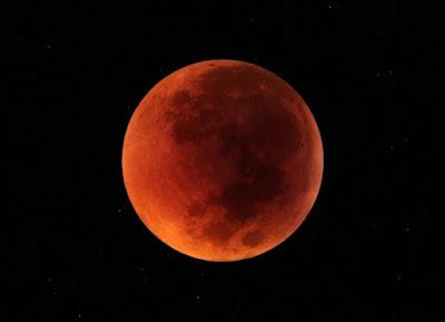Lý giải tại sao trong nguyệt thực toàn phần Mặt Trăng chuyển dần màu đỏ
