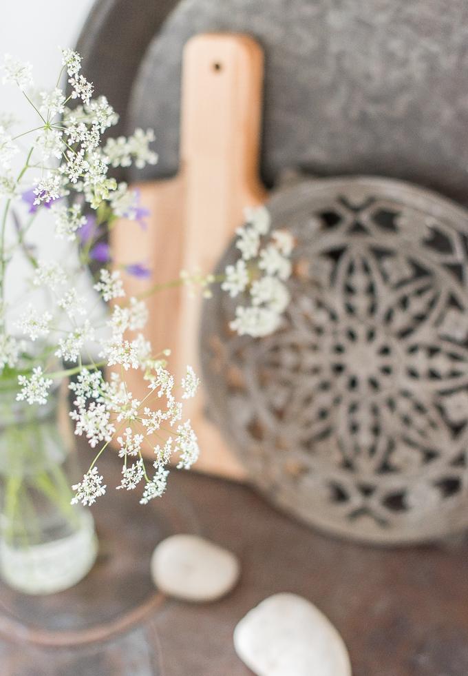kedon kukkia maljakossa, koiranputki maljakossa, pihan kukat sisustus