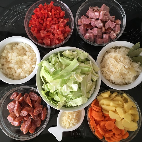 Krauteintopf mit Sauerkraut und Spitzkohl