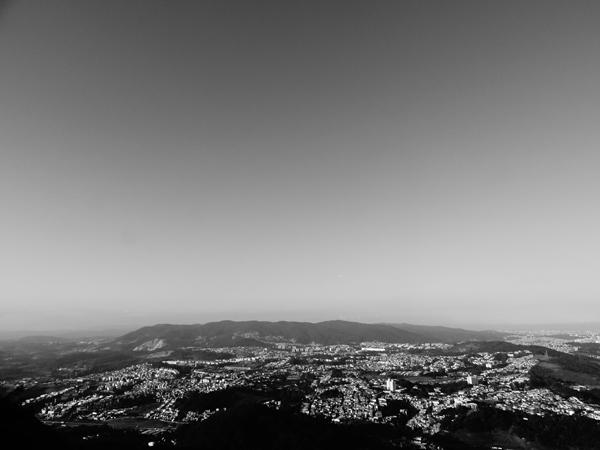 Imagem 5: nesta fotografia clicada a partir do Pico do Jaraguá você vê ao longe a borda da Cantareira, o Parque Taipas e o elevado das Torres Parque Taipas. (clique sobre a imagem para ampliar)