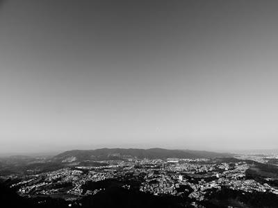 Imagem 4: nesta fotografia clicada a partir do Pico do Jaraguá você vê ao longe a borda da Cantareira, o Parque Tairas e o  elevado das Torres Parque Taipas. (clique sobre a imagem para ampliar)