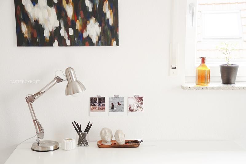 Schreibtisch Ikea Alex weiss dekoriert herbstlich mit bunter abstrakter Kunst auf Leinwand, Leuchte, Holztablett, Fotos, DIY Tonköpfen, preiswerter Deko im modernen skandinavischen Stil. Tasteboykott.