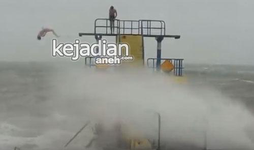 Aksi Nekat 2 Pria Berenang di Laut saat Badai Desmond