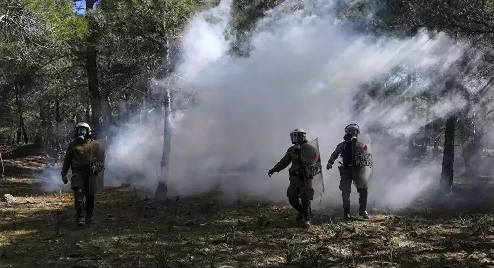 Χάος στην Λέσβο: Επεισόδια και συγκρούσεις με ΜΑΤ – Φθορές σε περιπολικό  – Βίντεο