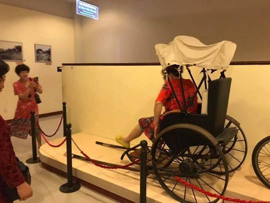 Nhóm du khách Trung Quốc ngang nhiên ngồi lên hiện vật ở Bảo tàng Đà Nẵng