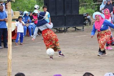 Ibu-ibu Kelurahan Gunung Lengkuas Main Bola Pakai Sarung dalam Menyambut Ulang Tahun Kelurahan ke 13 dan HUT RI ke 73