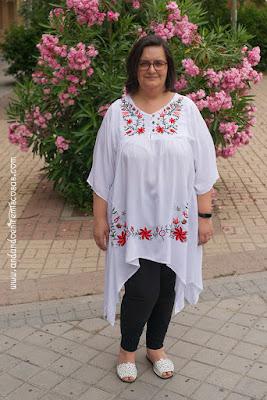 Blusa blanca con bordado de flores
