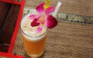 Flor en vaso de zumo