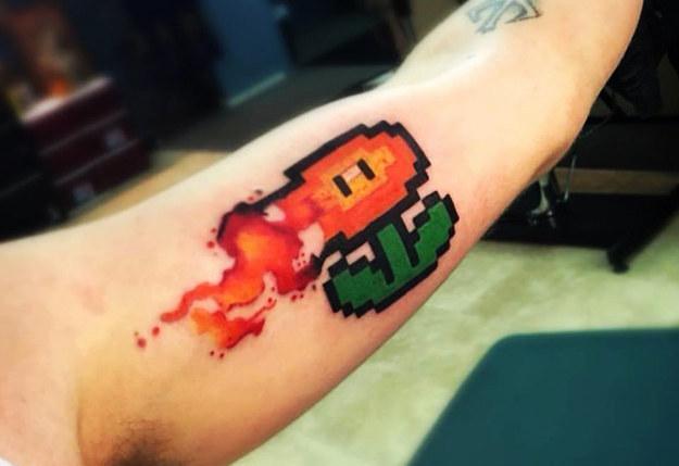 tatuaje de una flor de videojuego de los 90