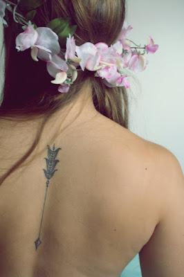 tatuaje flecha delicado espalda