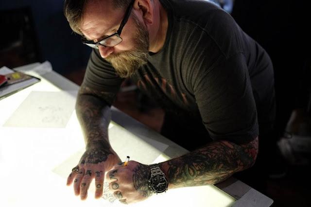 Tatuador cubre tatuajes con mensajes racistas gratis