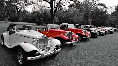 Conversíveis da Lafer estacionados no gramado de Águas de São Pedro.
