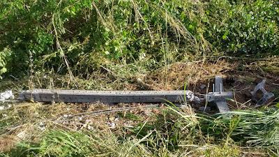 Acidente: Poste de concreto atingido por veículo em Vargem Grande