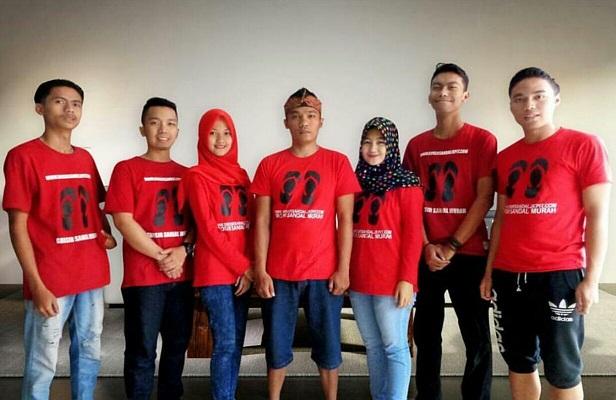 Team produksi sandal hotel dan sandal souvenir
