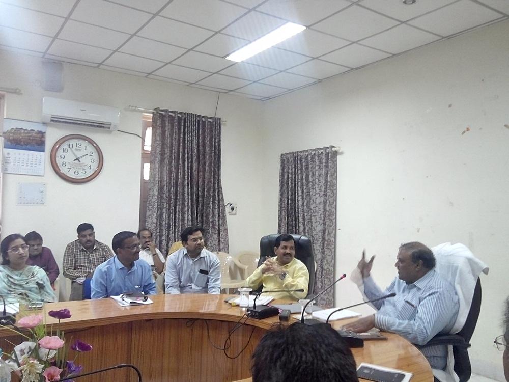 Resolve-the-issues-of-public-education-with-priority-Collector-Ashish-Saxena-जनशिकायत के प्रकरणों का निराकरण प्राथमिकता से करे - कलेक्टर आशीष सक्सेना